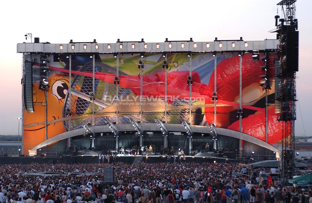 Hannover, DEU, Niedersachsen, 08.08.2003: Rolling Stones 40 Licks Tour 2003..Buehnenshow beim Rolling Stones Konzert in Hannover auf dem Messegelaende...© www.photoguerilla.com/Robert W. Kranz..Hannover, Konzert, Rolling Stones, Feuerwerk, 40 Licks Tour