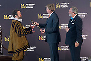Koning Willem-Alexander opent de tentoonstelling Willem in het Nationaal Militair Museum in Soesterberg.<br /> <br /> King Willem-Alexander opens the exhibition Willem in the National Military Museum in Soesterberg.<br /> <br /> Op de foto/ On the photo:  De Koning overhandigt de de baton aan 'Willem van Oranje'  ////  The King hands over the baton to 'William of Orange'