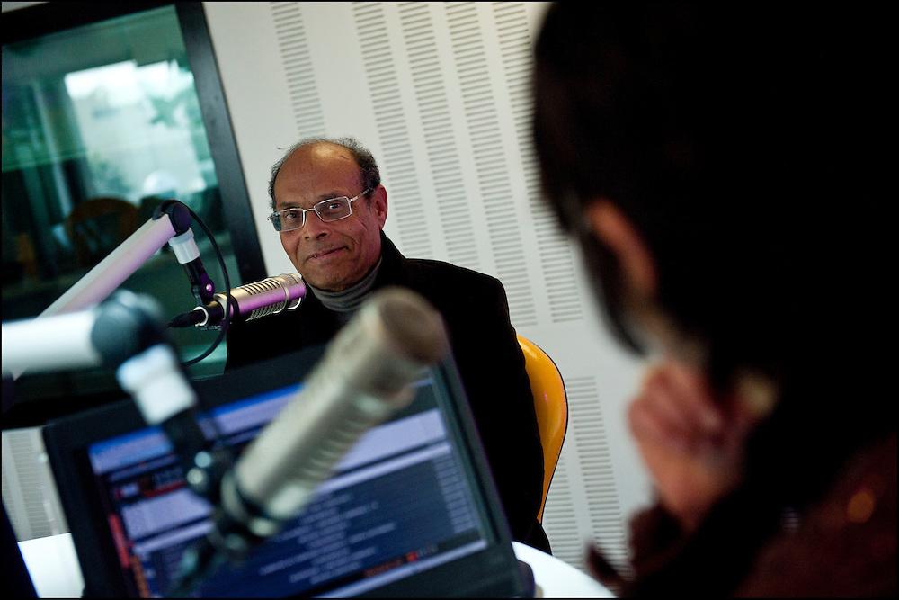Moncef Marzouki répond à une interview sur Shems Fm, Tunis le 7 mars 2011.© Benjamin Girette/IP3 press