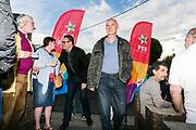 Saint Nicolas, Luik, Belgium 12 Mei 2017. Een bijeenkomst van de PTB, de Waalse afdeling van de PVDA, de linkse en opkomende partij in België, vooral groot in Wallonie, met tweetalige stemmentrekker Raoul Hedebouw die vragen beantwoord.Aankomst met bodyguard