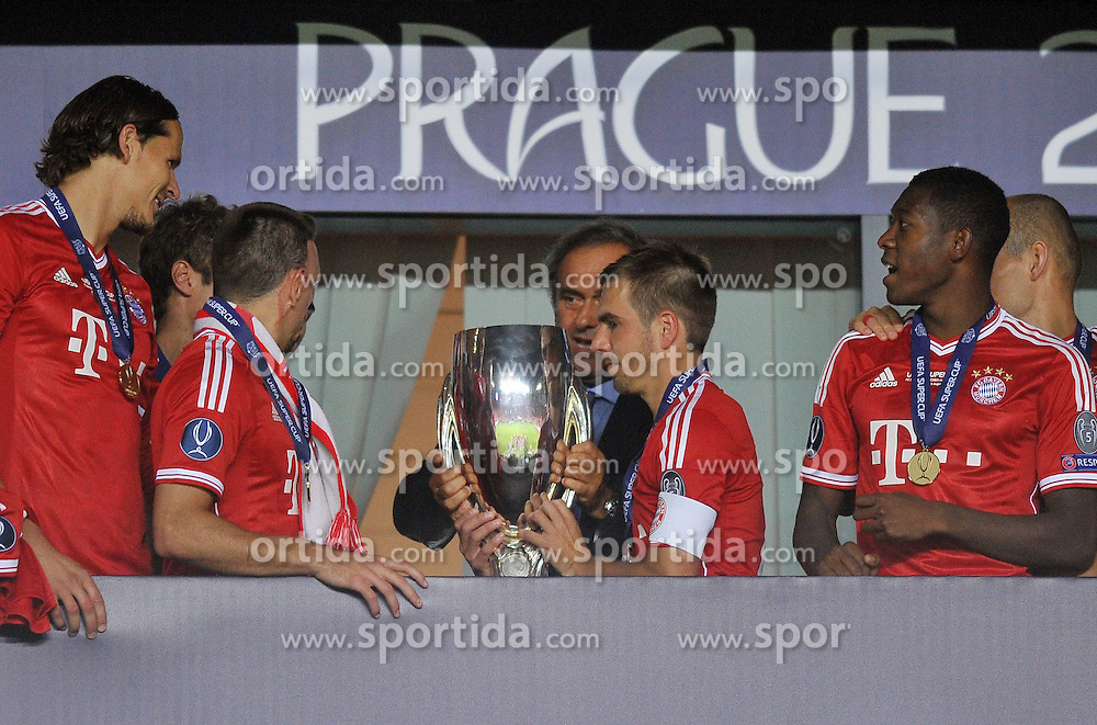 30.08.2013, Eden Stadion, Prag, CZE, UEFA Europa League, FC Bayern Muenchen vs FC Chelsea, im Bild PUCHAR MEDAL DEKORACJA FRANCK RIBERY PHILIPP LAHM MICHEL PLATINI // during UEFA Europa League match between FC Bayern Muenchen and FC Chelsea at the Eden Stadium, Prag, Czech Republic on 2013/08/30. EXPA Pictures &copy; 2013, PhotoCredit: EXPA/ Newspix/ Lukasz Laskowski<br /> <br /> ***** ATTENTION - for AUT, SLO, CRO, SRB, BIH, TUR, SUI and SWE only *****