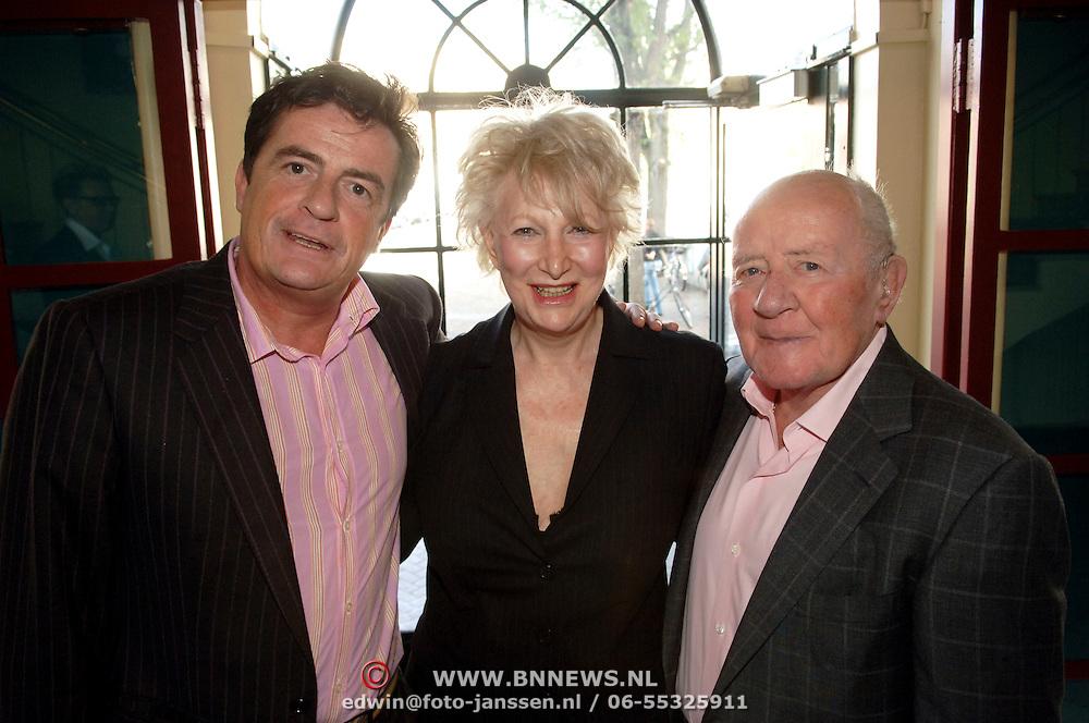 NLD/Amsterdam/20061001 - Uitreiking Blijvend Applaus prijs 2006, Adele Bloemendaal, Johnny Kraaykamp sr. en Jr.
