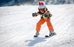THEMENBILD - ein Kind lernt Skifahren, aufgenommen am 27.03.2014 in Kaprun, Österreich // a child learns skiing, Kaprun, Austria on 2014/03/27. EXPA Pictures © 2014, PhotoCredit: EXPA/ JFK