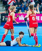 Londen - Sophie Bray (Eng) heeft gescoord en viert het met Sarah Haycroft (Eng)  tijdens de cross over wedstrijd Engeland-Korea (2-0) bij het WK Hockey 2018 in Londen. op de voorgrond Yurim Lee (Kor).   COPYRIGHT KOEN SUYK
