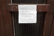 In de Leliestraat in Utrecht hangt een briefje op de deur met de tekst: Fietssleutels graag in de brievenbus. Jos kan anders niet naar huis Monika.