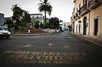 Siamo in puglia, a Specchia cittadina della provincia di Lecce, situato a circa 60 Km a sud del capoluogo di provincia..Si presenta come un paese traquillo ma vivo..Le strade luminose e tranquille sono pulite, e presentano una pavimentazione a lastroni antichi..Il centro storico è un' intera area pedonale ed è spesso scenario di manifestazioni sacre e culturali..La gente è gentile ed ospitale e si è lasciata fotografare con tranquillità, facendosi riprendere nel loro fare quotidiano, quasi fosse abituata ad essere fotografata..Quest'area del salento è meta di un turismo alla ricerca della tranquillità e della cultura intesa anche come enogastronomia, e soprattutto di un aria sana, pulita, molto diversa dalla solita respirata in città e molto spesso in grandi città del nord.
