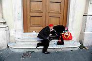 Roma 6 Novembre 2008.Due senza fissa dimora dormono sui scalini del palazzo della Posta a Piazza San Silvestro..Two homeless sleeping on the steps of building the post office at Piazza San Silvestro