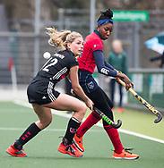 AMSTELVEEN - Hockey - Hoofdklasse competitie dames. AMSTERDAM-LAREN (2-0)  . Kimberly Thompson (A'dam) in duel met Laura Marell (Laren) .  COPYRIGHT KOEN SUYK