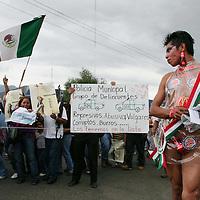 Oaxaca, Oax.- Miles de maestros salieron a las calles de Oaxaca  durante la mega marcha organizada por los integrantes del magisterio en el dia 17 de planton, recibiendo el apoyo de la ciudadania que se sumo al repudio del gobierno de Ulises Ruiz. Agencia MVT / Eder Lopez. (DIGITAL)<br /><br />NO ARCHIVAR - NO ARCHIVE