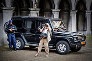 DEN HAAG - politie agent agenten op het binnenhof politiek beveiligen , beveiliging , marechaussee toerist , toeristen .