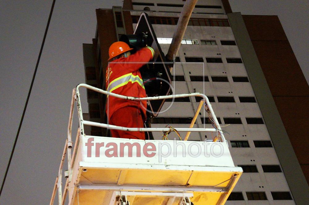 Equipes da Arc Sinalização e Engenharia de Transito, trabalham no conserto de semáforos  nos Bairros de SP - 05/10/2013. Este fica localizado no bairro da Pompeia, na Rua Apinajes com Piracuama na Zona Oeste de SP.