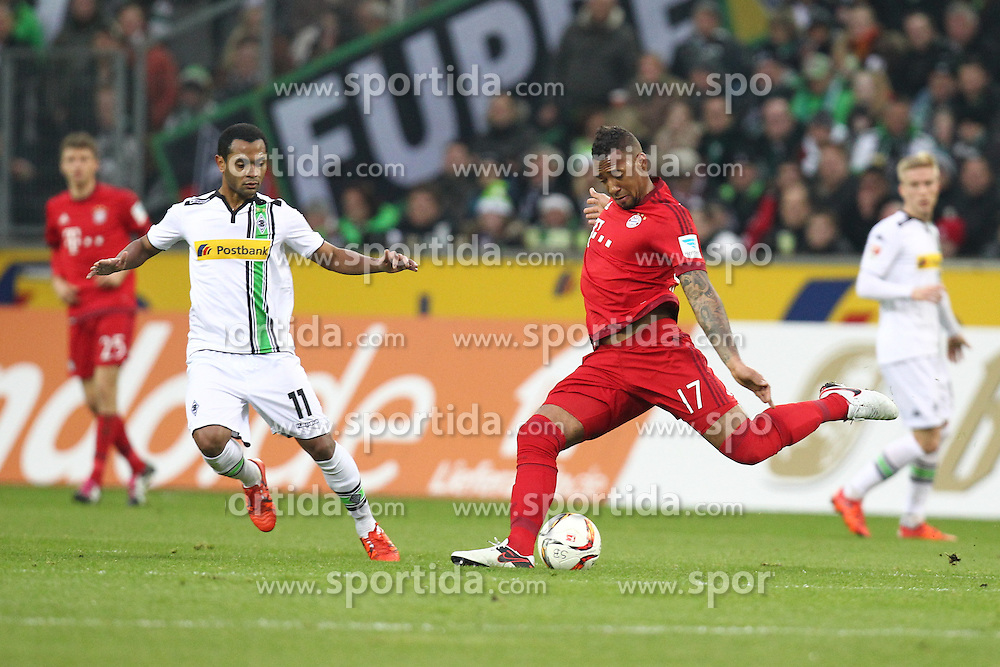 05.12.2015, Stadion im Borussia Park, Moenchengladbach, GER, 1. FBL, Borussia Moenchengladbach vs FC Bayern Muenchen, 15. Runde, im Bild Jerome Boateng (#17, FC Bayern Muenchen) klaert vor Raffael (#11, Borussia Moenchengladbach), // during the German Bundesliga 15th round match between Borussia Moenchengladbach and FC Bayern Muenchen at the Stadion im Borussia Park in Moenchengladbach, Germany on 2015/12/05. EXPA Pictures &copy; 2015, PhotoCredit: EXPA/ Eibner-Pressefoto/ Deutzmann<br /> <br /> *****ATTENTION - OUT of GER*****