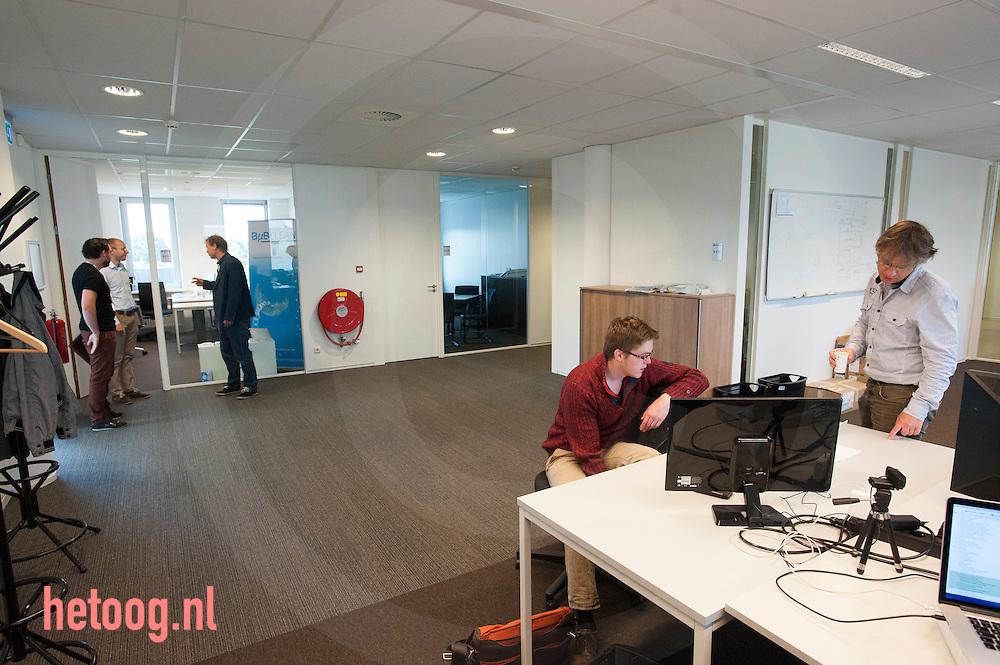 The Netherlands, Nederland Enschede 25june2015              '52 degrees North' met op de achtergrond Bubclean in de startup vleugel bij Demcon in Enschede. de bedrijven Clear Flight Solutions (CFS) 'QMicro' (vloeistofdynamica), '52 degrees North' een app ontwikkelaar en 'Bubclean' (ultra sonisch reinigen' hebben onderdak gevonden bij Demcon in Enschede. Demcon had ruimte over en heeft enkele startups onderdak geboden, waardoor kruisbestuiving kan ontstaan in de technieksector.