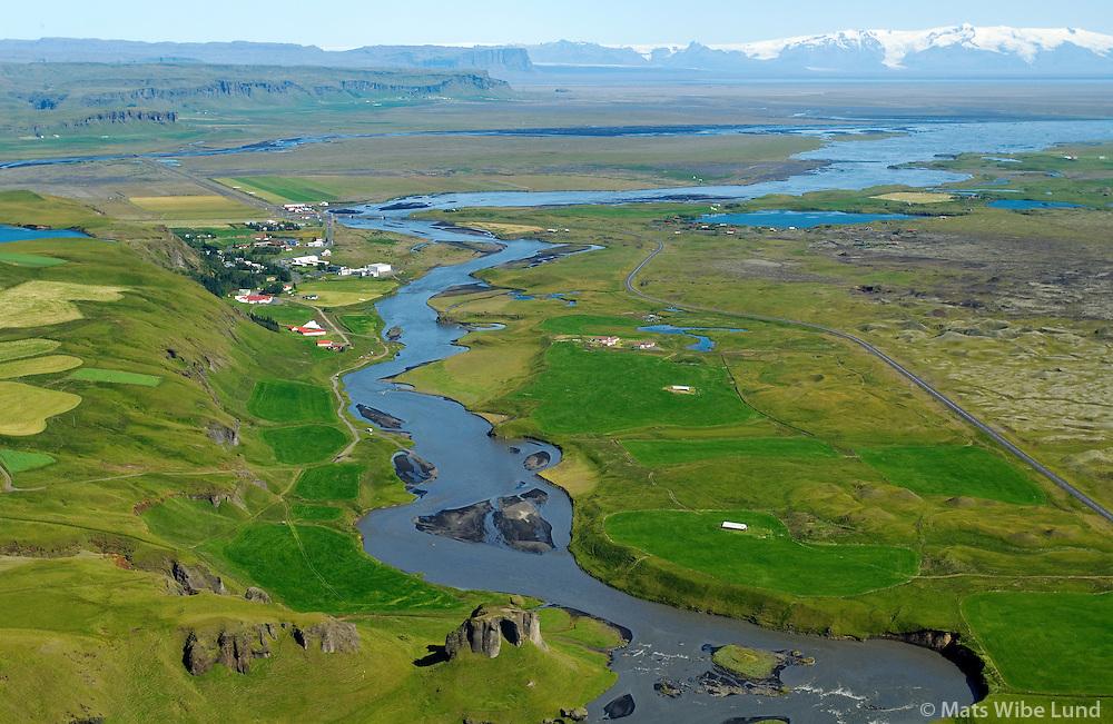 Kirkjubæjarklaustur séð til austurs,  Systrastapi við Skaftá í fogrunni. Öræfajökull í fjarska, Skaftárhreppur áður Kirkjubæjarhreppur / Kirkjubaejarklaustur viewing east, the cliff Systrastapi in foreground at  Skafta riverbanks.  Oraefajokull glacier in background. Skaftarhreppur former Kirkjubaejarhreppur
