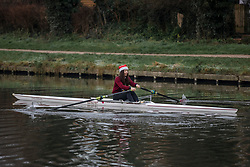 © Licensed to London News Pictures. 25/12/2018. Cambridge, UK. A rower wearing a santa hat on the River Cam in Cambridge after a heavy frost on Christmas morning. Photo credit: Rob Pinney/LNP