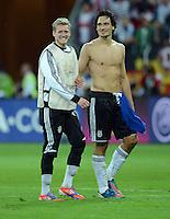 FUSSBALL  EUROPAMEISTERSCHAFT 2012   VIERTELFINALE Deutschland - Griechenland     22.06.2012 Andre Schuerrle (li) und Mats Hummels (re, beide Deutschland) freuen sich nach dem Abpfiff