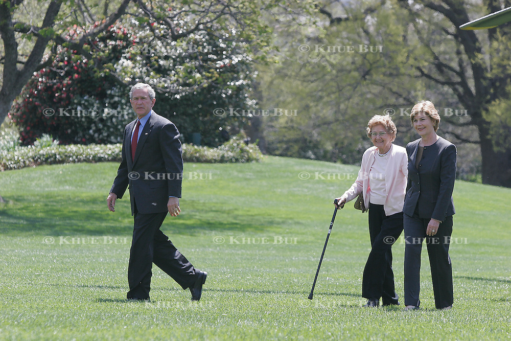 Pres. Bush returns to the White House with First Lady Laura Bush and Ms. Jenna Welch, the first lady's mother, Sunday, April 17, 2005...Photo by Khue Bui