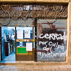 A small neighborhood bike shop run by messengers is closed down by the City Hall for not having a permit. Barcelona may not be completely ready for messengers but they are here.