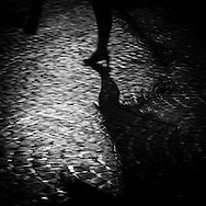 Paris  shadows at night  /  ombres dans  la nuit,