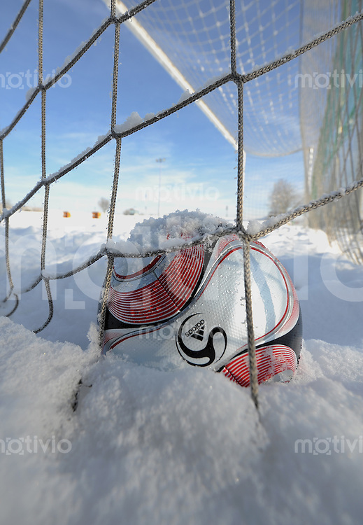 Fussball  Saison 2008/2009   14.12.2008 Winterpause, Ball im Schnee auf dem Sportplatz des TuS Ergenzingen.