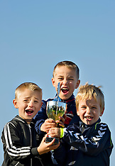 20111112 Drenge jubler med pokal