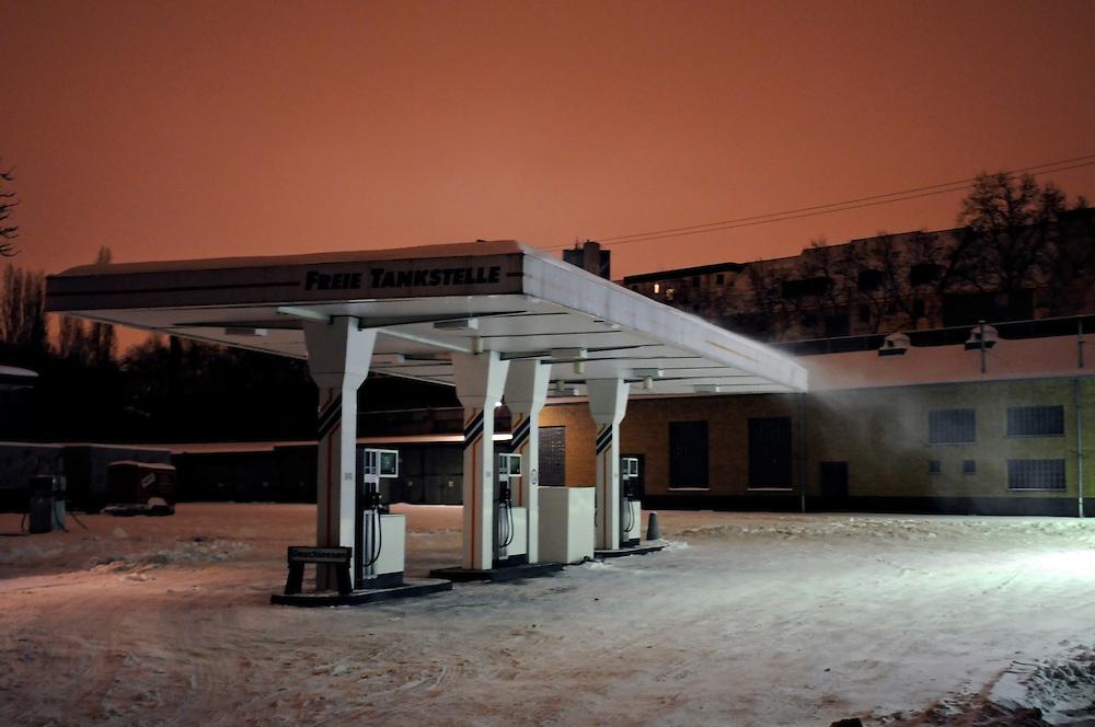 Eine Freie Tankstelle im nächtlichen Winter. | A gas station in Cologne Germany in a winter night