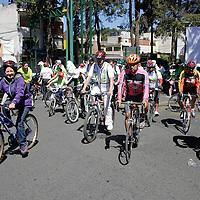 """Toluca, México.- La Fundación Tláloc, cumplió su primer aniversario en """"Paseos Dominicales en Bicicleta"""" donde se dieron cita algunos clubes de cliclistas y familias toluqueñas. Agencia MVT / Arturo Hernández S."""