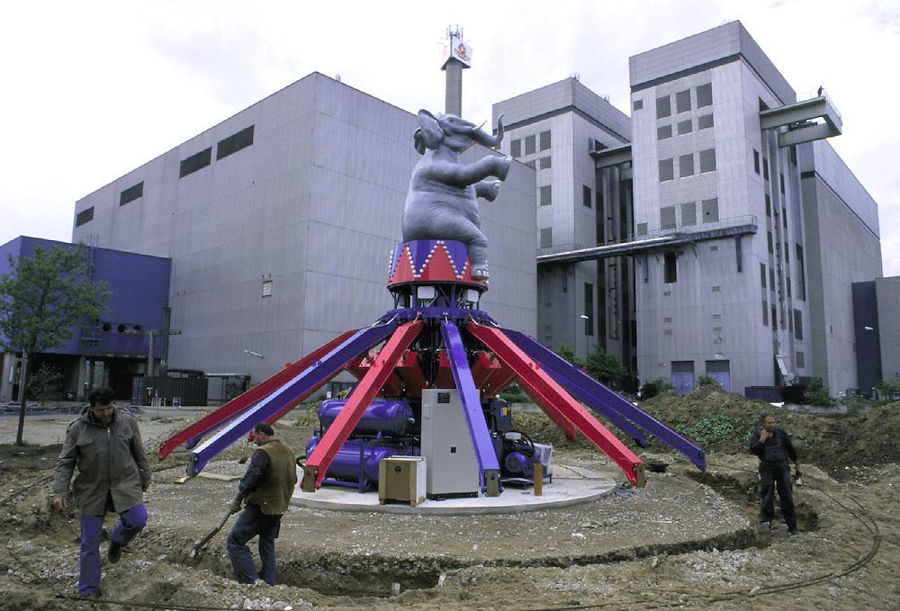 &copy;  christian  JUNGEBLODT.<br />Investitionsruine  AKW Schneller Br&uuml;ter Kalkar am Niederrhein (das Atomkraftwerk ging nie ans Netz)<br />&quot; Kernwasser Wunderland &quot; Hotel , Freizeitpark ( in Bau )<br />Gastronomie und Erlebnisrundgaenge .<br />NUCLEAR PLANT that never started working and today<br />is becoming  an amusement park...<br />Hier :Hier : Bau des Vergnuegungsparks ..