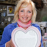 NLD/Elst/20120419 - Yvon Jaspers lanceert servieslijn,Yvon Jaspers met hartvormige bakvorm waar het recept in staat