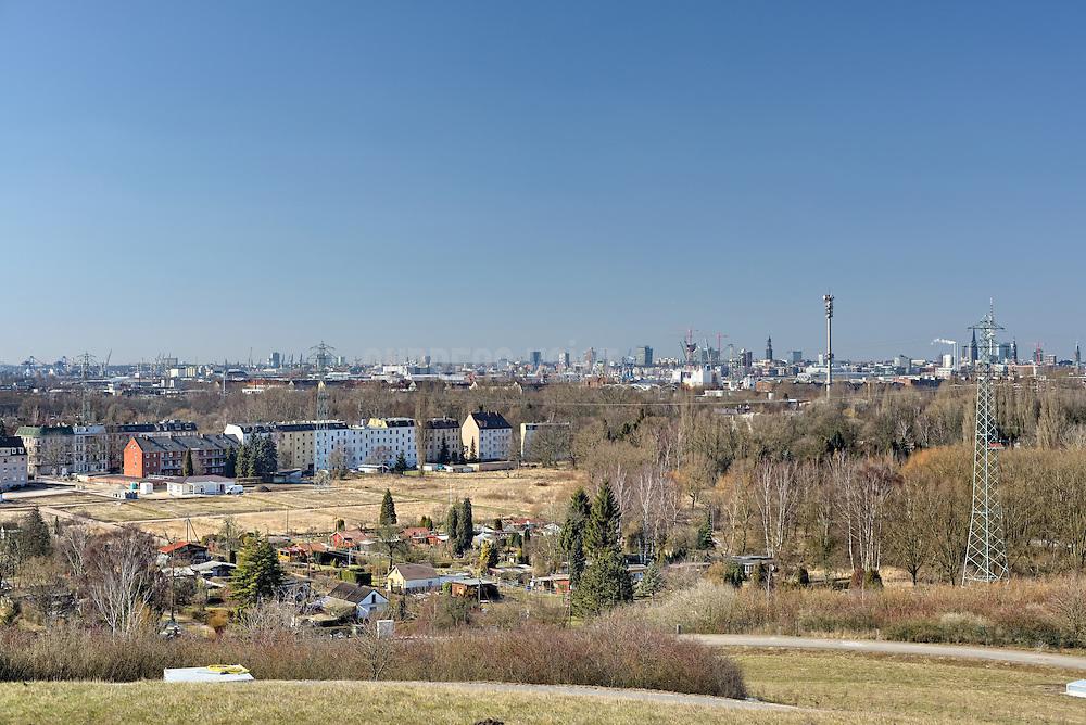 Schrebergärten in Wilhelmsburg und Panorama Hamburger Hafen mit Elbphilharmonie und Michel