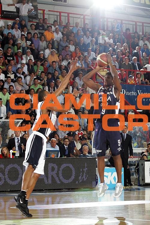 DESCRIZIONE : Napoli Lega A1 2005-06 Play Off Semifinale Gara 4 Carpisa Napoli Climamio Fortitudo Bologna<br /> GIOCATORE : Diawara<br /> SQUADRA : Climamio Fortitudo Bologna<br /> EVENTO : Campionato Lega A1 2005-2006 Play Off Semifinale Gara 4<br /> GARA : Carpisa Napoli Climamio Fortitudo Bologna<br /> DATA : 09/06/2006 <br /> CATEGORIA : Tiro<br /> SPORT : Pallacanestro <br /> AUTORE : Agenzia Ciamillo-Castoria/A.De Lise