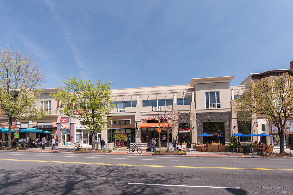 Lifestyle photo of Woodley Park in Washington DC by Jeffrey Sauers of Commercial Photographics, Architectural Photo Artistry in Washington DC, Virginia to Florida and PA to New England