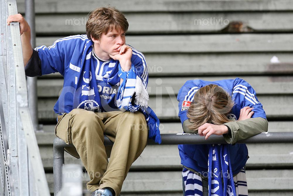 Fussball   1. Bundesliga   Saison 2006/2007   33. Spieltag Borussia Dortmund - FC Schalke 04             Zwei schalker Fans sind nach dem Abpfiff enttaeuscht