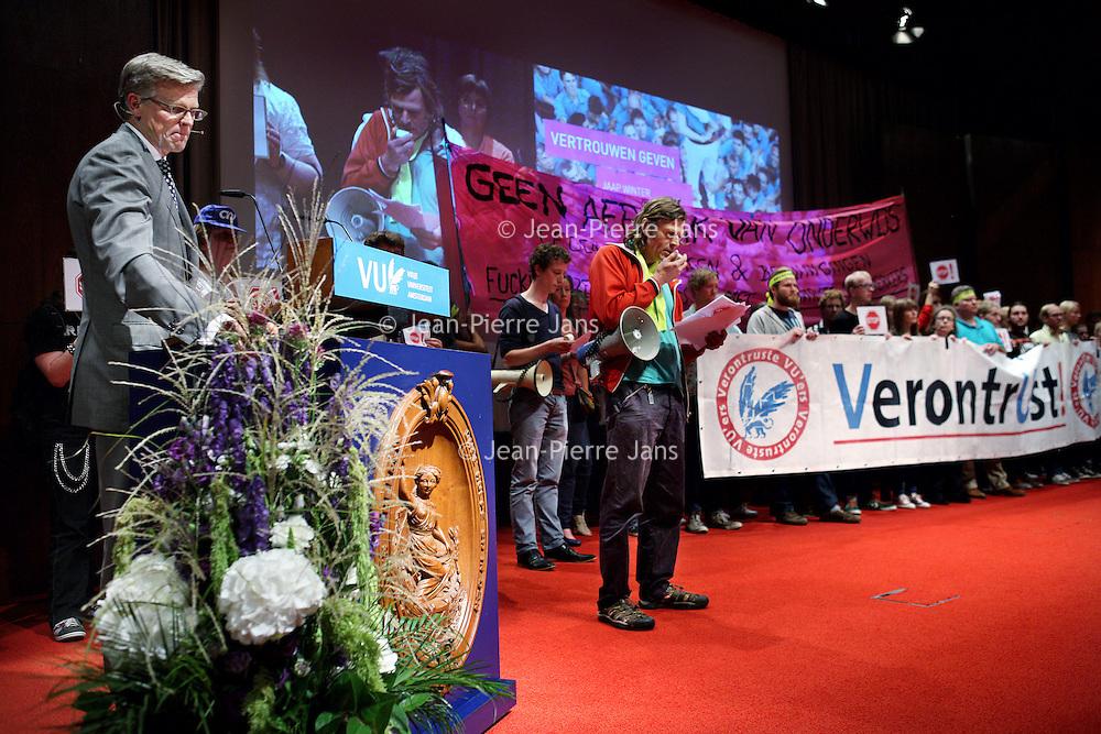 Nederland, Amsterdam , 1 september 2014.<br /> Actie tijdens opening van het Academisch jaar in de Vu<br /> Manifest opgesteld door de Abvakabo FNV, CNV Publieke Zaak, VAWO, Titanic, H.NU en de Verontruste VU' ers.<br /> manifestatie voorafgaand aan de opening van het academisch jaar.<br /> Vind je dat de VU een universiteit is en geen vastgoedontwikkelaar? Heb je ook je buik vol van het monomane bestuur? Wil je als student of medewerker graag serieus genomen worden door CvB en directeuren? Wil je over hun benoeming iets te zeggen hebben? Kom dan naar de manifestatie ,<br /> Op de foto:De openingsspeech van Jaap Winter ( voorzitter van het College van Bestuur van de Vrije Universiteit Amsterdam) wordt verstoord door actievoerders.<br /> Foto:Jean-Pierre Jans