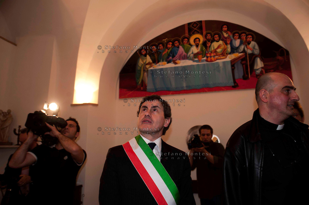 Roma 29 Aprile 2010.Inaugurato dal Sindaco di Roma Gianni Alemanno il Centro Astalli, sede italiana del servizio dei Gesuiti per i rifugiati ristrutturato e rimesso a nuovo con la mensa che distribuisce 400 pasti al giorno e l'ambulatorio medico..Il Sindaco  di Roma Gianni Alemanno con  il responsabile del Centro, padre Giovanni La Manna..Rome April 29, 2010.Opened by the Mayor of Rome Gianni Alemanno the  Astalli Center, home of the Italian Jesuit Refugee Service renovated and refurbished, with the canteen that distributes 400 meals a day and the doctor's office..The Mayor of Rome Gianni Alemanno with the head of the Center, Father John La Manna.