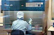 Nederland, Nijmegen, 11-12-2003..In een cleanroom, stofvrije ruimte, steriel, van het ncmls, nijmegen centre of molecular lifesciences, onderdeel van het umcn, universitair medisch centrum radboud, wordt door een laborant onderzoek gedaan tbv de ontwikkeling van nieuwe medicijnen tegen bepaalde kankersoorten. geneeskunde, genezing, chemokuren immuunsysteem, gezondheidszorg...Foto: Flip Franssen