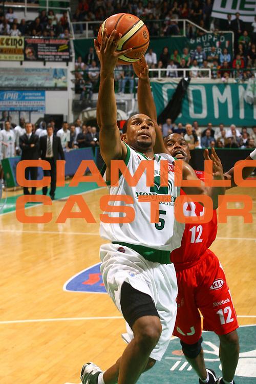DESCRIZIONE : Siena Lega A1 2007-08 Playoff Semifinale Gara 1 Montepaschi Siena Armani Jeans Milano <br /> GIOCATORE : Terrell Mc Intyre<br /> SQUADRA : Montepaschi Siena<br /> EVENTO : Campionato Lega A1 2007-2008 <br /> GARA : Montepaschi Siena Armani Jeans Milano <br /> DATA : 22/05/2008 <br /> CATEGORIA : penetrazione<br /> SPORT : Pallacanestro <br /> AUTORE : Agenzia Ciamillo-Castoria/G.Ciamillo