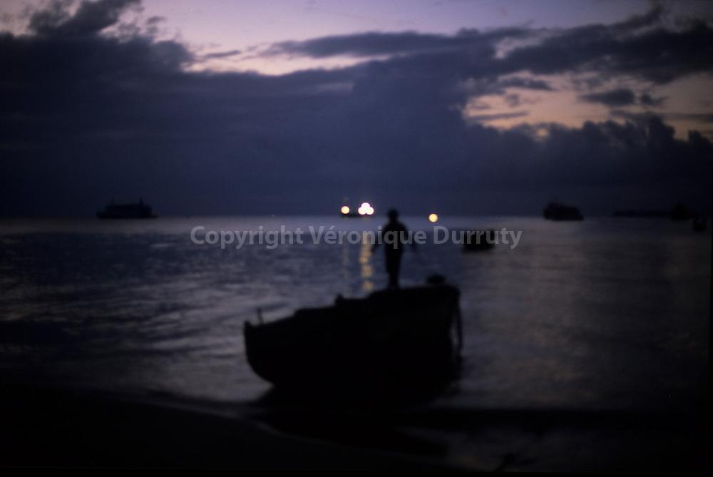 LE RETOUR DU PECHEUR<br /> <br /> Back from fishing, Stonetown harbour at sunrise, Zanzibar // Le retour de la peche &agrave; l'aube , Port de Stonetown, Zanzibar, Tanzanie