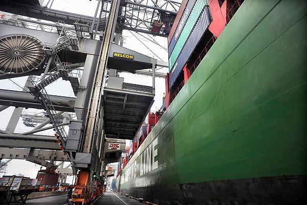 Nederland, Rotterdam, 15-9-2012Op de deltaterminal van ect worden containerschepen door grote hijskranen geladen en gelost. Een chinees schip van de China Shipping Line ligt aan de kade.Foto: Flip Franssen/Hollandse Hoogte
