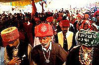 Pakistan - La fête des soufis - Province du Sind - Sehwan e Sharif - Tombe du saint soufi Lal Shabaz Qalandar - Fête de l'anniversaire de sa mort (Urs) - Akhtar Hussein (à gauche) ainsi que ses voisins sont des descendants des derviches du saint Qalandar // Pakistan, Sind province, Sehwan e Sharif, Sufi saint Lal Shabaz Qalandar shrine, annual Urs festival