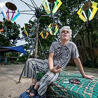 Nederland, Ruigoord, 10 juli 2016.<br /> Hans Plomp (Amsterdam, 29 januari 1944) is een Nederlands schrijver en dichter. Samen met collega-schrijver Gerben Hellinga was hij de drijvende kracht achter het van de slopershamer redden van Ruigoord. Hij is een bekend lid van het Amsterdams Ballon Gezelschap.<br /> <br /> Foto: Jean-Pierre Jans