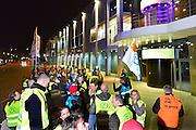 Nederland, Nijmegen, 19-3-2014Naar schatting 100 medewerkers van Holland Casino Nijmegen hebben het werk stilgelegd. Later op de avond werd de werkonderbreking bij Holland Casino een staking. De werknemers hebben besloten niet meer aan het werk te gaan. Na de actievergadering in een cafe in de binnenstad trok het personeel naar de Waalkade waar de vestiging van het casino staat. De staking is een teken van algehele onvrede met het beleid van Holland Casino en de aandeelhouder, De Nederlandse overheid. Reorganisatie.Daarnaast hebben ze grote zorgen over komende reorganisaties waarbij vrijwel zeker weer honderden arbeidsplaatsen vervallen.In het casino aan de Waalkade is een minimale bezetting achtergebleven.Foto: Flip Franssen/Hollandse Hoogte