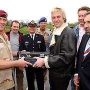 Luchtmobiele Brigade brengt zendapparatuur terug naar Adam Curry en crew na missie in Irak met een Cougar helicopter door dhr.van Dorp
