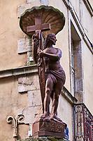 France, Saône-et-Loire (71), Chalon-sur-Saône, place Saint-Vincent, maisons à colombages et terrasses de café devant la cathédrale Saint-Vincent // France, Saône-et-Loire (71), Chalon-sur-Saône,
