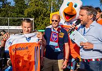 AMSTELVEEN -   Fan of the Match  (Ned) bij de Zwaluwen op de clubtribune met rechts Rutger Vermast voor de halve finale  Nederland-Duitsland van de Pro League hockeywedstrijd dames. COPYRIGHT KOEN SUYK