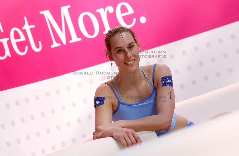28-03-2003 NED: Persconferentie Pro Volley &amp; T Mobile, Aalsmeer<br /> In the Beach te Aalsmeer vond de persconferentie plaats met de nieuwe hoofdsponsor T Mobile / Merel Mooren