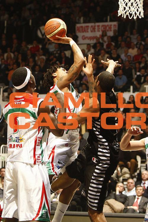 DESCRIZIONE : Bologna Final Eight 2009 Semifinale Bancatercas Teramo La Fortezza Virtus Bologna<br /> GIOCATORE : David Moss<br /> SQUADRA : Bancatercas Teramo<br /> EVENTO : Tim Cup Basket Coppa Italia Final Eight 2009 <br /> GARA : Bancatercas Teramo La Fortezza Virtus Bologna<br /> DATA : 21/02/2009 <br /> CATEGORIA : tiro<br /> SPORT : Pallacanestro <br /> AUTORE : Agenzia Ciamillo-Castoria/E.Castoria<br /> Galleria : Final Eight 2009 <br /> Fotonotizia : Bologna Final Eight 2009 Semifinale Bancatercas Teramo La Fortezza Virtus Bologna<br /> Predefinita :