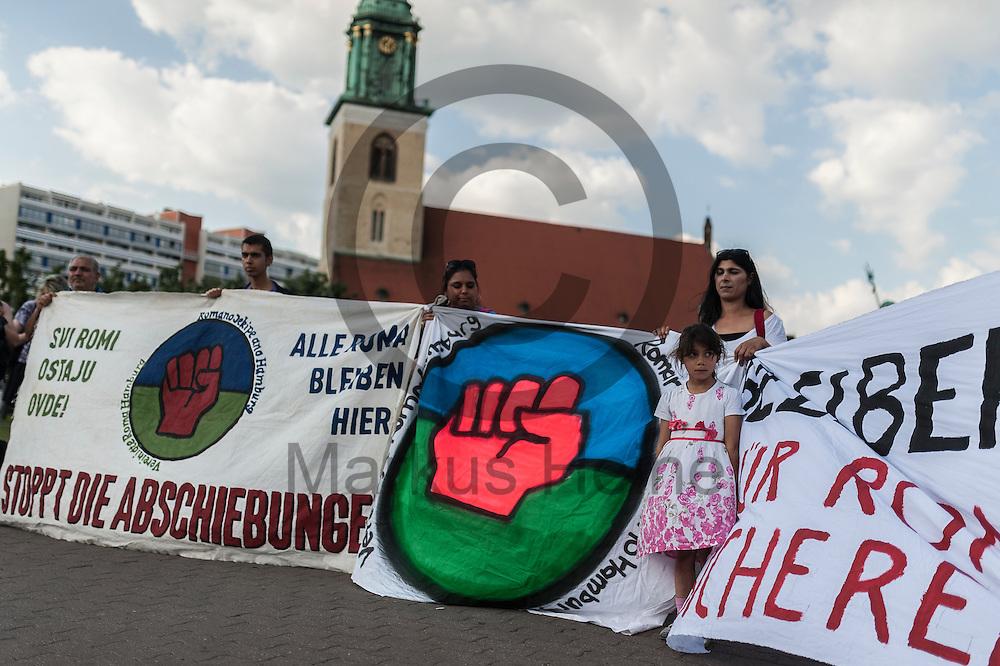 Ein M&auml;dchen steht w&auml;hrend der Roma Demonstration am 03.06.2016 in Berlin, Deutschland zwischen Transparenten. Ca 150 Roma und Aktivisten demonstrierten f&uuml;r ein Bleiberecht f&uuml;r alle Sinti und Roma. Foto: Markus Heine / heineimaging<br /> <br /> ------------------------------<br /> <br /> Ver&ouml;ffentlichung nur mit Fotografennennung, sowie gegen Honorar und Belegexemplar.<br /> <br /> Bankverbindung:<br /> IBAN: DE65660908000004437497<br /> BIC CODE: GENODE61BBB<br /> Badische Beamten Bank Karlsruhe<br /> <br /> USt-IdNr: DE291853306<br /> <br /> Please note:<br /> All rights reserved! Don't publish without copyright!<br /> <br /> Stand: 06.2016<br /> <br /> ------------------------------w&auml;hrend der Roma Demonstration am 03.06.2016 in Berlin, Deutschland. Ca 150 Roma und Aktivisten demonstrierten f&uuml;r ein Bleiberecht f&uuml;r alle Sinti und Roma. Foto: Markus Heine / heineimaging<br /> <br /> ------------------------------<br /> <br /> Ver&ouml;ffentlichung nur mit Fotografennennung, sowie gegen Honorar und Belegexemplar.<br /> <br /> Bankverbindung:<br /> IBAN: DE65660908000004437497<br /> BIC CODE: GENODE61BBB<br /> Badische Beamten Bank Karlsruhe<br /> <br /> USt-IdNr: DE291853306<br /> <br /> Please note:<br /> All rights reserved! Don't publish without copyright!<br /> <br /> Stand: 06.2016<br /> <br /> ------------------------------