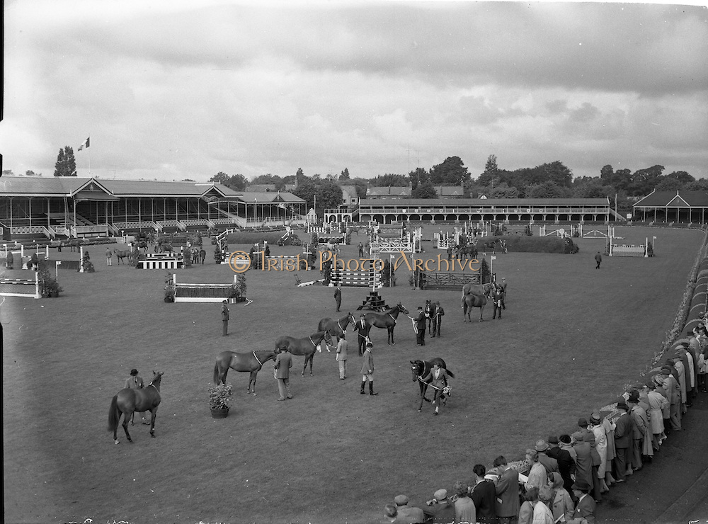 07/08/1962 <br /> 08/07/1962 <br /> 07 August 1962 <br /> Dublin Horse show at the RDS, Ballsbridge, Dublin, Tuesday. A general view of the scene in the enclosure during judging.