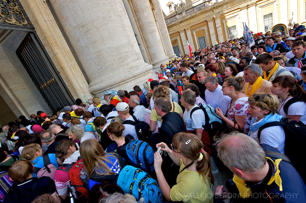 A large crowd waiting at the entrance of the Basilica to pay homage to the coffin of the  blessed Wojtyla